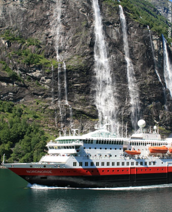 MS Nordnorge sails into Geraingerfjord